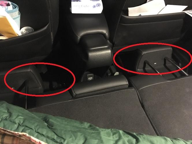 っというのも、後部座席を前に倒して眠れるスペースを確保しても、赤枠部分が空洞になってしまって眠れる状態ではありませんでした。